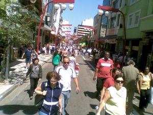 Rua Galvão Bueno fechada aos carros, repleta de pessoas foto de Shadow11 via Twitpic