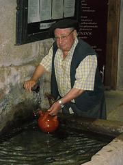 Senhor simpático pegando água em uma jarra